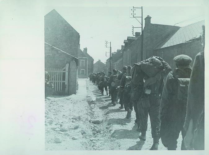 Brigademannen door een Frans dorp