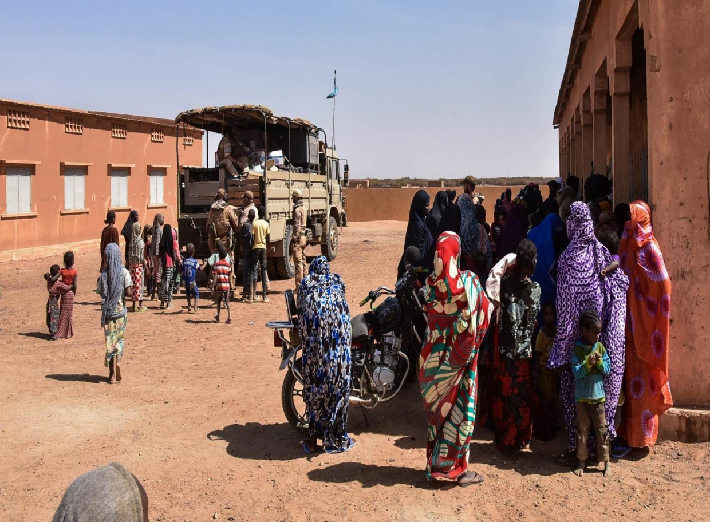 Tijdens de patrouille worden ook verschillende projecten opgepakt. Zoals het uitdelen van basis goederen, kleding, matrassen & schoolspullen