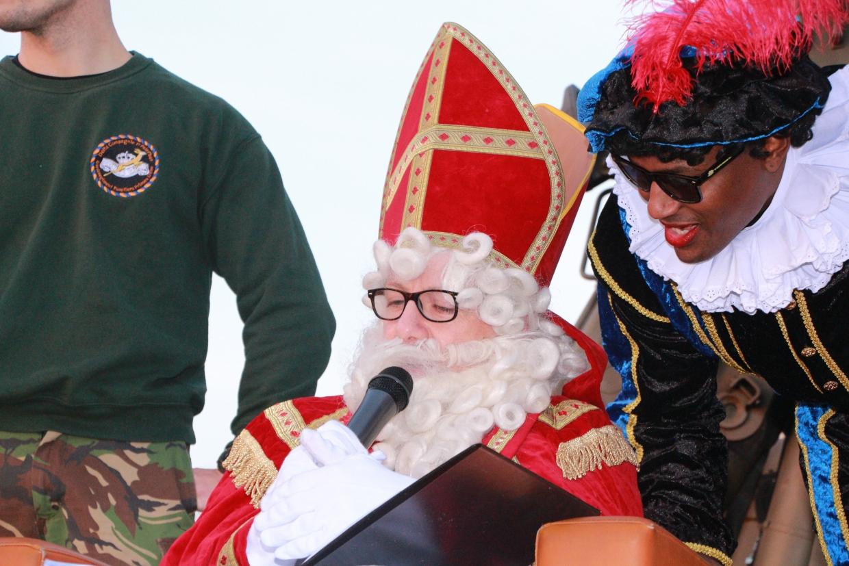 Sinterklaas kijkt in grote boek