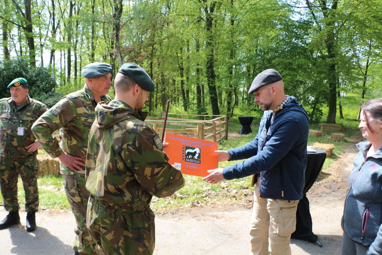 De cheque die namens het Regiment werd uitgereikt