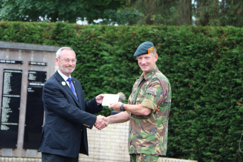 Commodore Bergsma overhandigd de CD aan Kolonel Doense