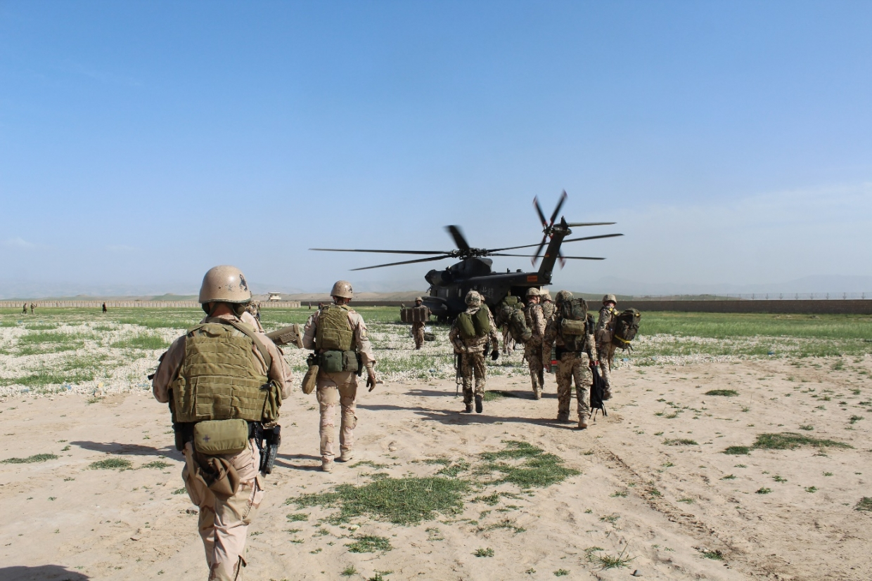 Uitladen van de CH-53 die ons naar Kunduz heeft gevlogen