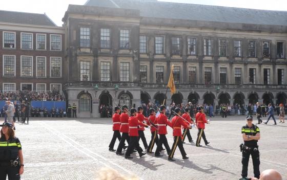 Het Regimentsvaandel treed het Binnenhof op